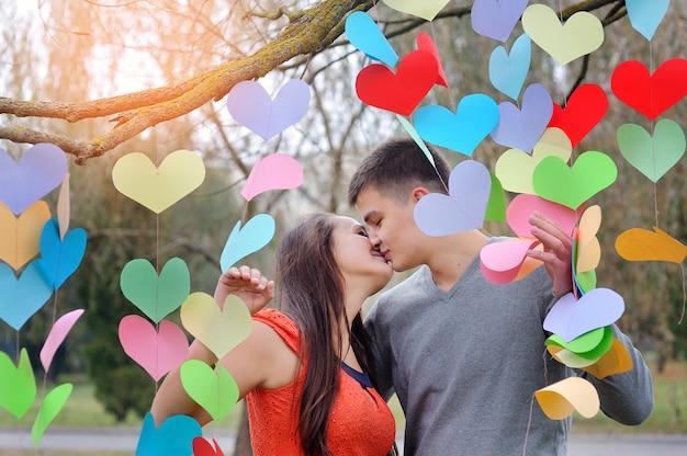 Paar verliefd op valentijnsdag in het park met harten