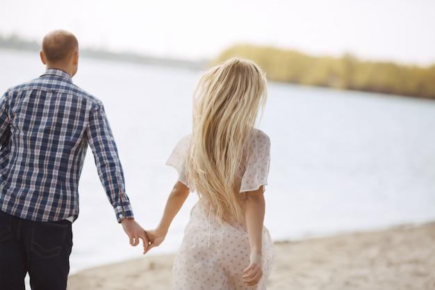 Paar verliefd op zomer strand