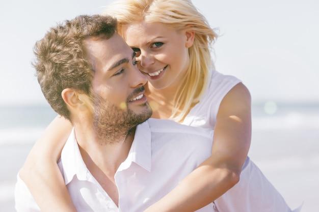 Paar verliefd op zomer strandvakantie