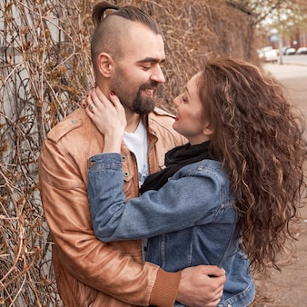 Paar verliefd praten staande op de straat van de stad
