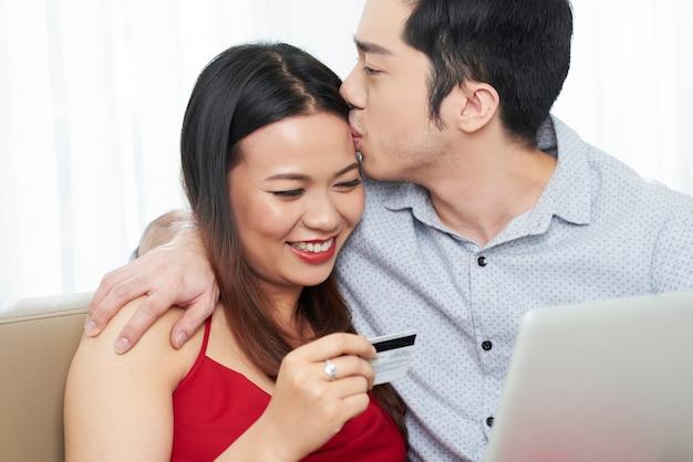 Paar verliefd samen online winkelen