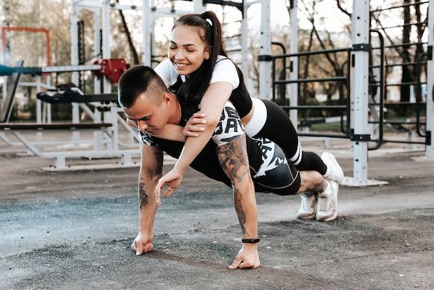 Paar verliefd samen trainen