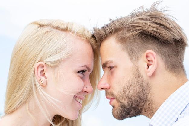 Paar verliefd tedere passie close-up tegenover elkaar van mooi paar ware liefde