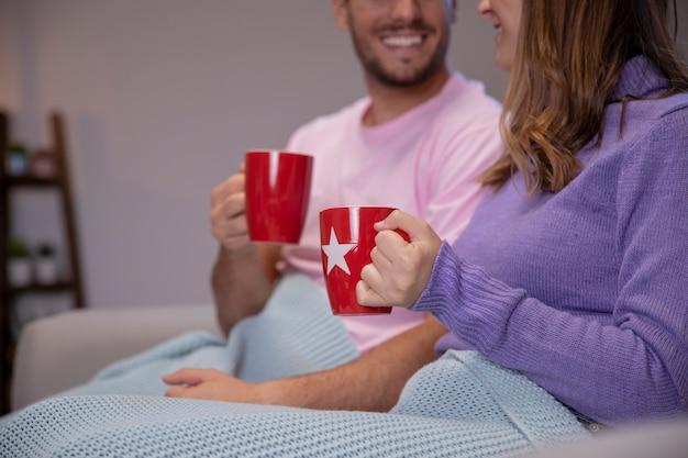 Paar verliefd thuis ontspannen