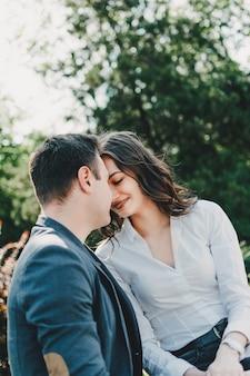 Paar verliefd valentijnsdag viering liefde en dating outdoor concept gelukkig verliefde paar