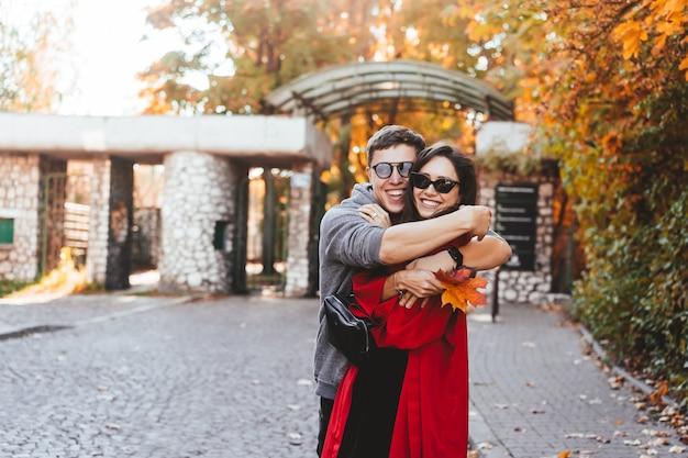 Paar verliefd wandelen in de herfst straten