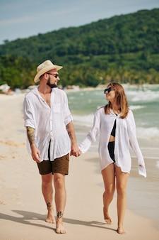 Paar verliefd wandelen op het strand