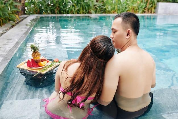 Paar verliefd zitten in zwembad