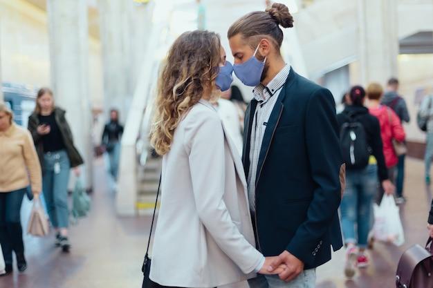 Paar verliefd zoenen staande op een metrostation. stedelijke levensstijl.