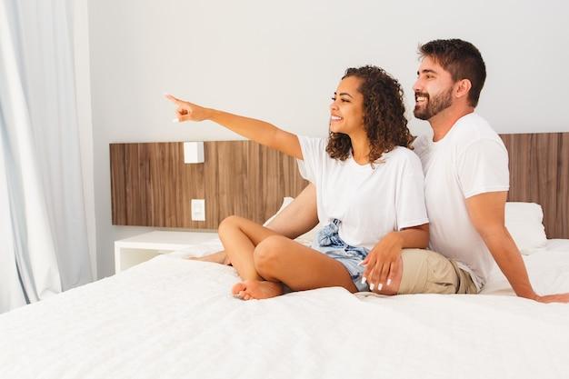 Paar verliefde geliefden in hotel- of motelkamer. valentijnsdag