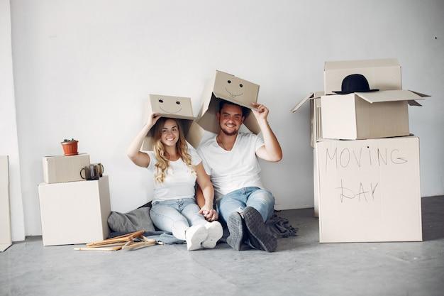 Paar verplaatsen en dozen gebruiken