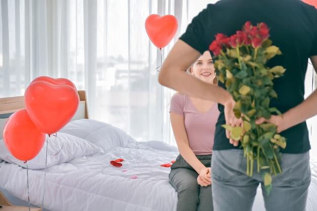 Paar verrassing rose bloem in bed kamer ochtend valentijnsdag
