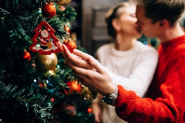 Paar versieren kerstboom