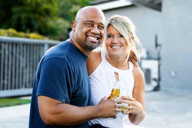 Paar vieren door zichzelf in het nieuwe normaal