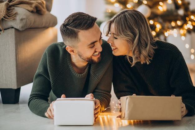 Paar vieren kerst samen thuis