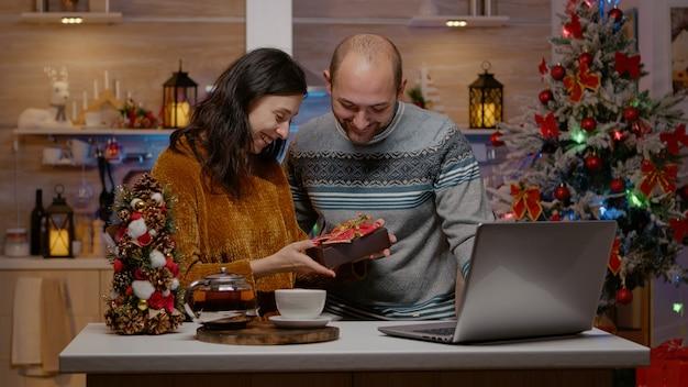 Paar vieren kerstavond op videogesprekconferentie