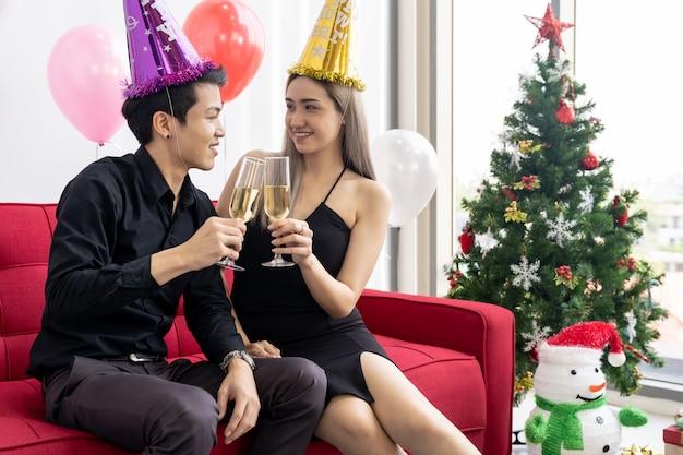 Paar vieren nieuwjaarsfeest