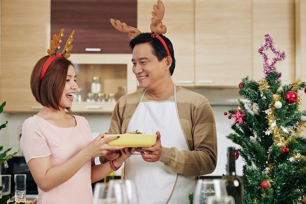 Paar voorbereiden op kerstviering