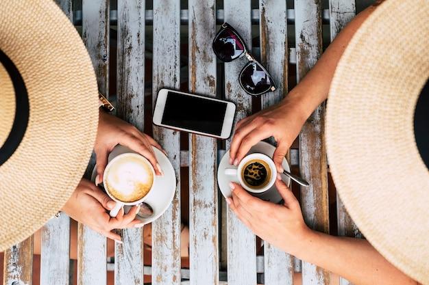 Paar vrienden die samen italiaanse koffie en cappuccino nemen aan de bar