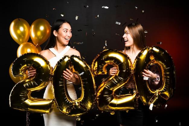 Paar vrienden kijken naar elkaar op nieuwe jaar feest