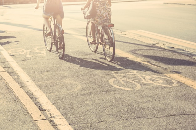 Paar vrienden met fietsen op fietssteeg.