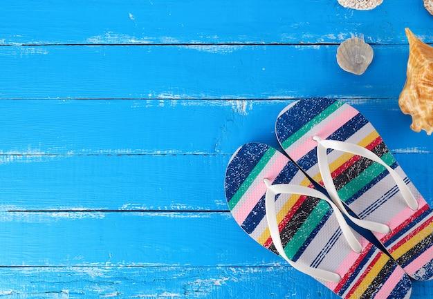 Paar vrouwelijke strandpantoffels op een blauwe achtergrond