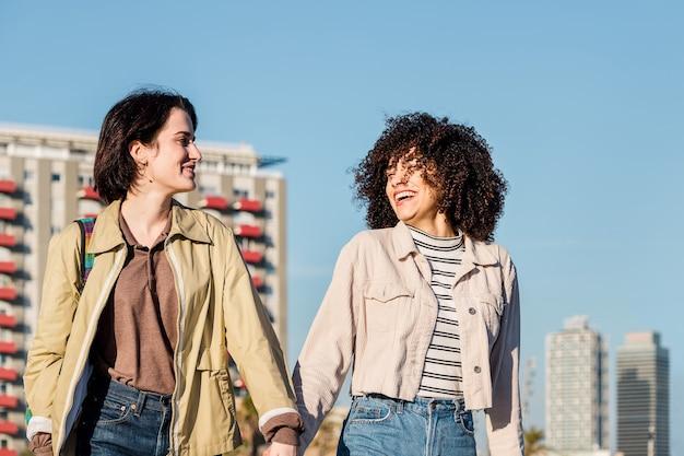 Paar vrouwen chatten en wandelen in de stad