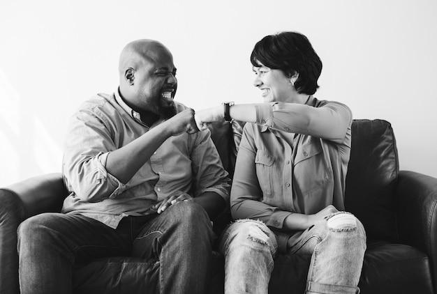 Paar vuist bonzen elkaar vieren