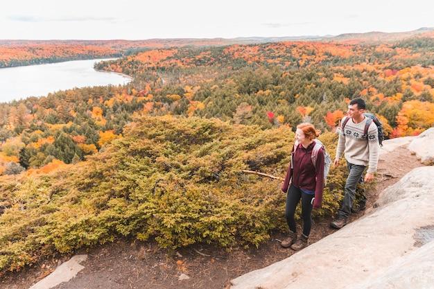 Paar wandelen, herfst scène, kleurrijke bomen