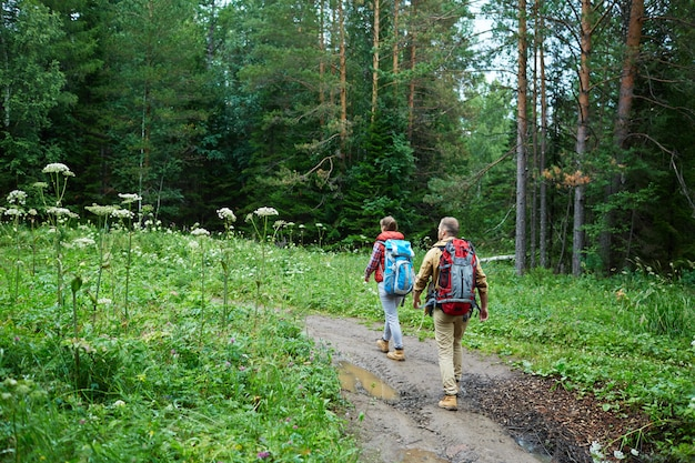 Paar wandelen in de bergen