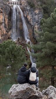 Paar wandelen in de natuur