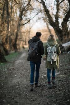 Paar wandelen in het bos
