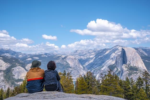 Paar wandelen in het yosemite national park in californië, de vs