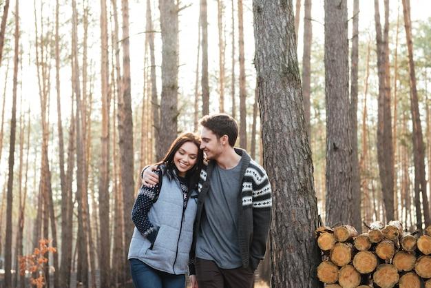 Paar wandelen in hout