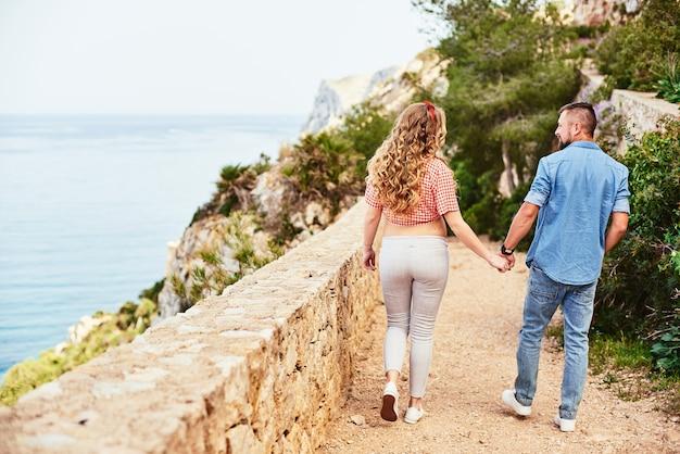 Paar wandelen met uitzicht op zee