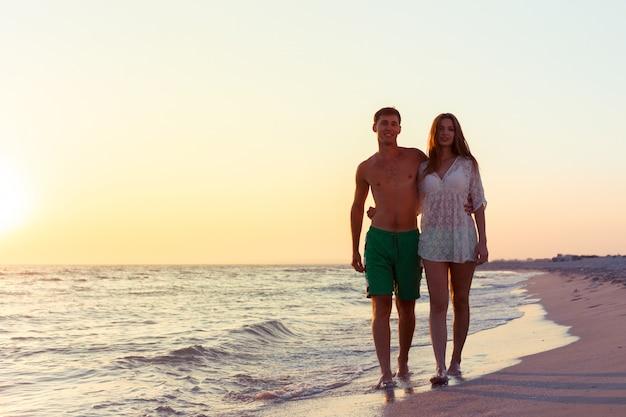 Paar wandelen op het strand