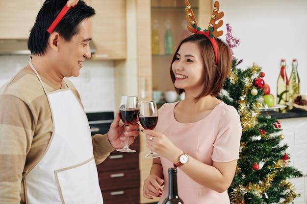 Paar wijn drinken op kerstmis