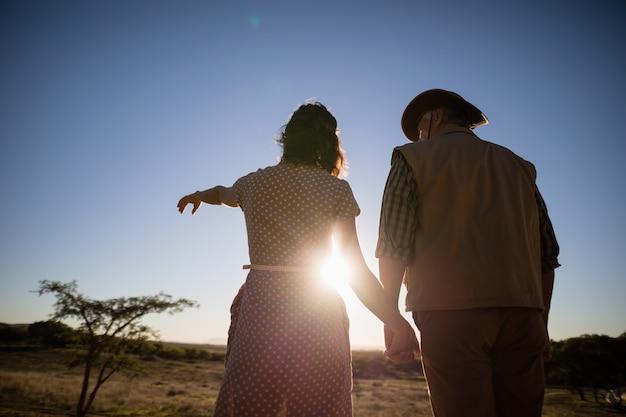Paar wijzend op afstand tijdens safari vakantie