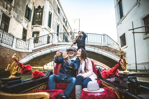 Paar zeilen op venetiaanse gondel