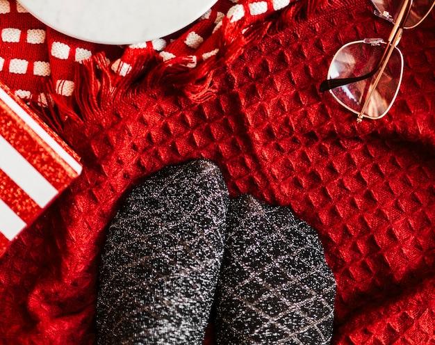 Paar zilverzwarte sokken op een kerstvakantie