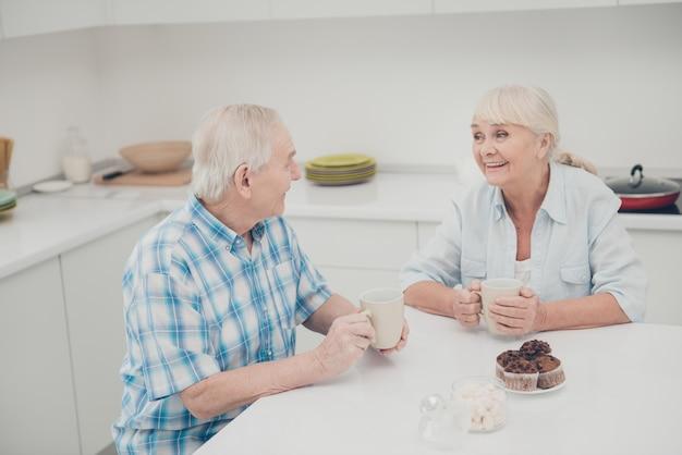 Paar zitten aan tafel praten