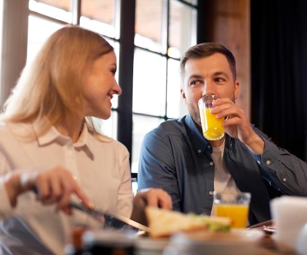 Paar zittend aan tafel met eten