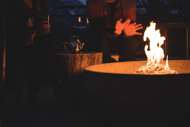 Paar zittend door vuurplaats