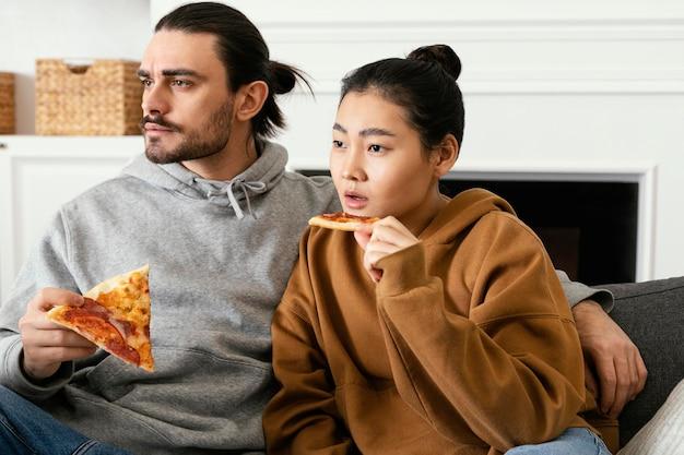 Paar zittend op de bank en tv kijken