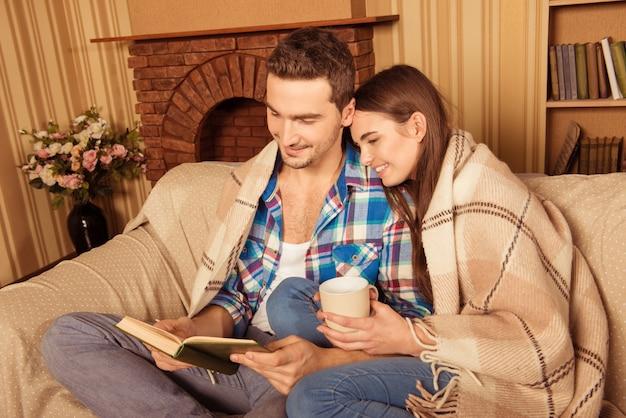 Paar zittend op een bank met boek