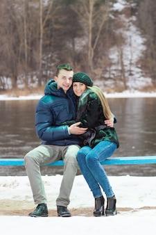 Paar zittend op een bankje