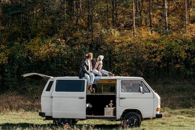 Paar zittend op een busje terwijl struikelen over de weg