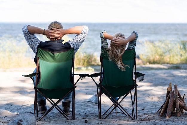 Paar zittend op stoelen van achter schot