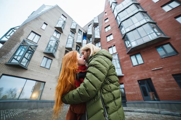 Paar zoenen buitenshuis in een stedelijke omgeving