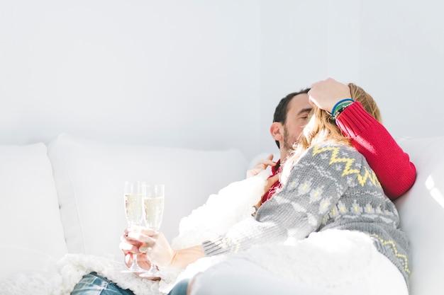 Paar zoenen en champagne te houden